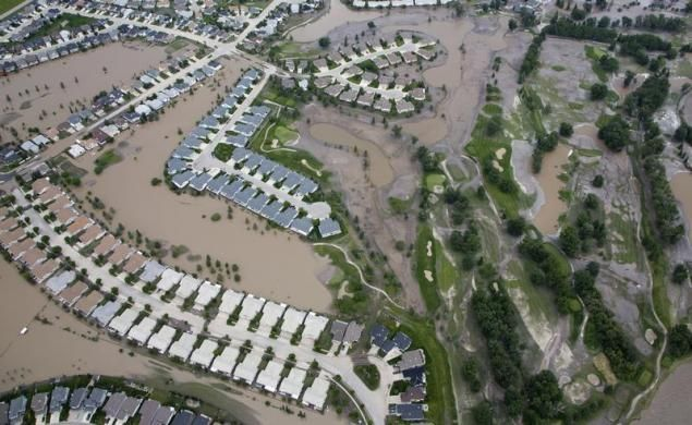Houses and a golf course are surrounded by flood water in High River, Alberta, south of Calgary, June 23, 2013. REUTERS-Andy Clark