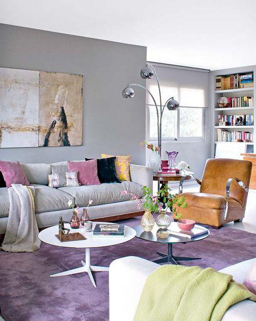 sala de estar sofa cinza tapete roxo