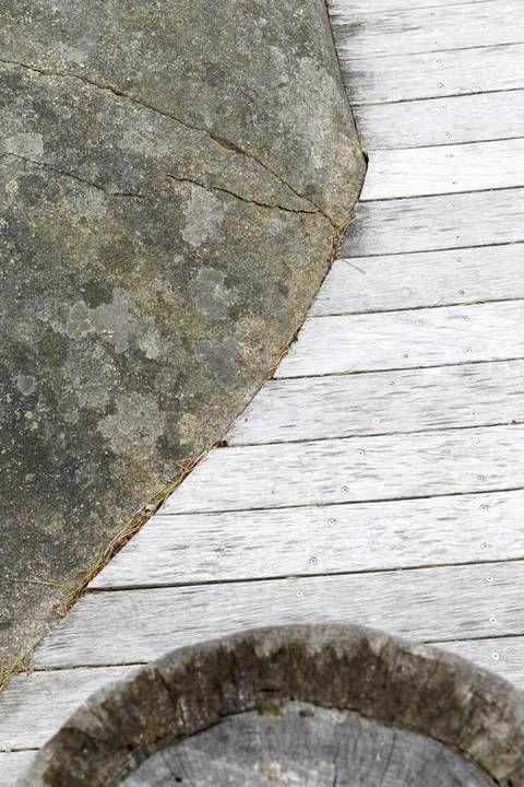 Etter en kort kjøretur fra Fredrikstad sentrum, i flatt Østfold-landskap, med åkre og noen store eiketrær, ligger et hyttefelt. Der ligger bygningen som arkitekt Kari Hasselgård Størdal vant pris for i fjor. Det er ingen ruvende konstruksjon, men en hytte blant hytter, likevel usjenert, vendt ut mot sjøen med svaberg og holmer. Med flatt tak …