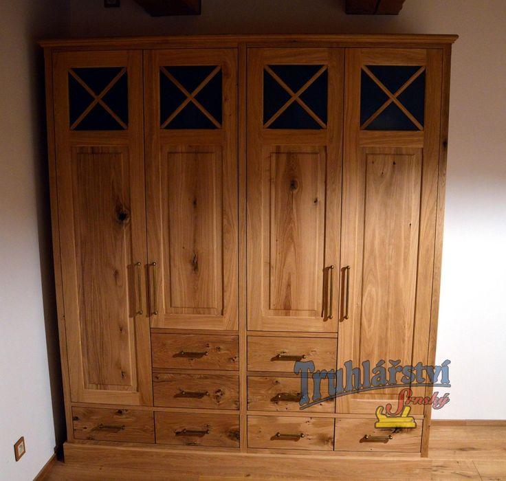 Šatní skříň, dubový masiv v kombinaci s dýhovanou dřevotřískou, nátěr olejem.