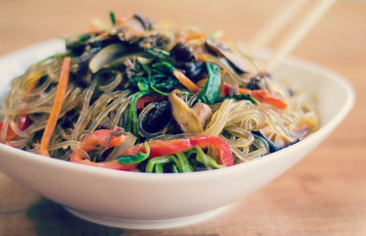 Chap Chae ist ein typisch koreanisches Gericht, das schon lange zu einem meiner Favoriten zählt: Relativ einfach zu zubereiten und es kommt immer gut an! Besonders wenn es mal ein paar mehr Leute sind, eignet sich das Gericht super (man braucht eventuell nur ein wenig Hilfe beim Gemüse schneiden). Was ihr braucht: Öl von gerösteten ...