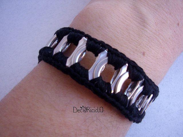 decoriciclo: bracciale nero con linguette delle lattine e uncinetto