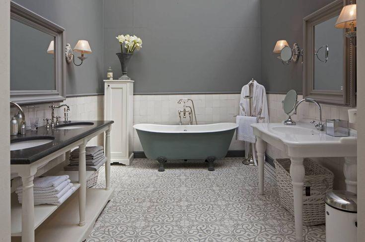 Vrijstaand bad (landelijk/klassiek) met prachtige klassieke badkraan, een prachtig landelijk badmeubel en een stoere klassieke wastafel op pootjes