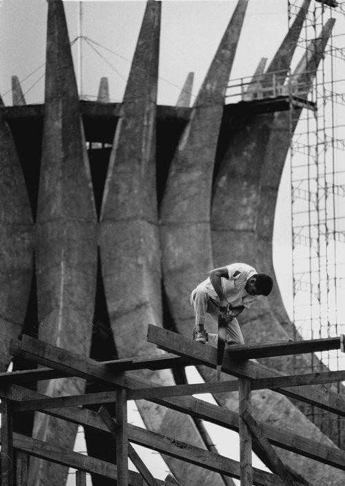 casadabiqueira:  Brazil, Brasília under construction by architect Oscar Niemeyer  Thomas Hoepker, 1968