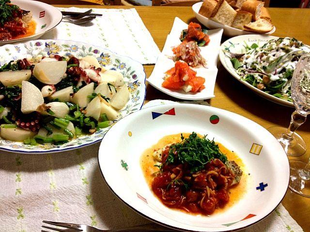 明日は仕事で、私が料理できないので、今晩、夫の誕生日を前祝いしました(^^) - 67件のもぐもぐ - 夫の誕生日イブご飯♡タラのソテー トマトソース・タコと小カブのペペロンチーノ・サラダ 塩ヨーグルトドレッシング・巻き巻きスモークサーモン by saganecchi