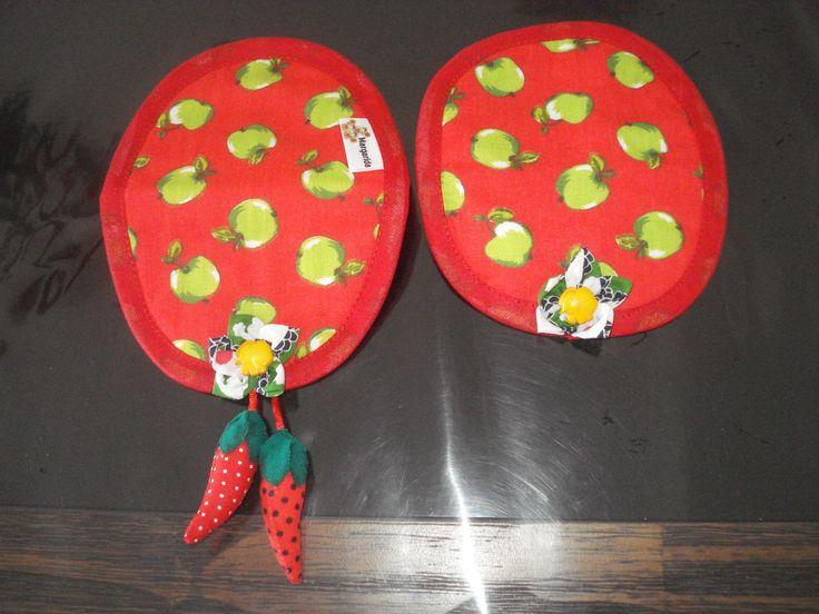 Conjunto de protetor para puxador de geladeira e freezer, forrado com manta acrílica.  Detalhes em sianinha e fuxico. Acabamento em viés.    O valor refere-se a duas unidades (uma para a geladeira e a outra para o freezer).    OBSERVAÇÃO: o conjunto disponível é o da capa (vermelho com maçãs verdes)