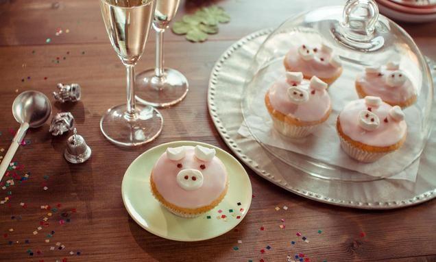 Lustige Muffins mit Zitronengeschmack und Marshmallows