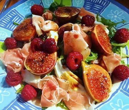 Вкусный салат с карамелизованным инжиром, прошутто и свежей малиной