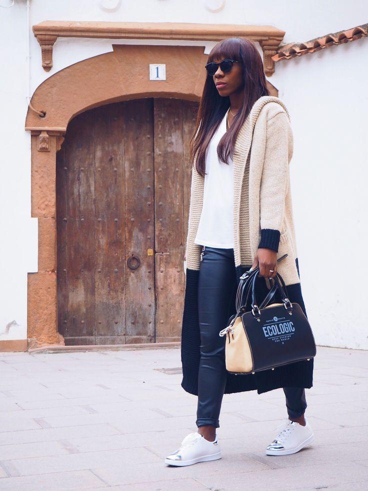 Estupenda Adriana Boho con el bolso de mano Ecologic Mediterranean en color negro y arena. ¡Look genial! #AdrianaBoho #bolsodemano #Ecologic #brochbroch