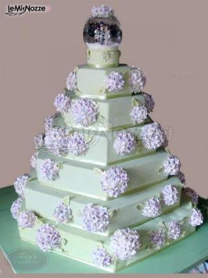 http://www.lemienozze.it/gallerie/torte-nuziali-foto/img21604.html  Torta nuziale con decorazioni floreali
