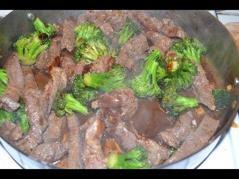 Brocoli con carne servida, encima de arroz blanco. Comida China