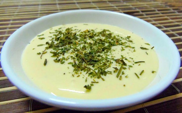 Maionese Dukan - 1 gema de ovo cozida - 1 colher de sopa de requeijão light - 1 colher de café de vinagre de maçã Esmigalhe a gema com um garfo e incorpore o requeijão, misturando bem. Acrescente o vinagre e mexa bem. Pronto!