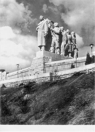 «Sulla sinistra qui, in cima a questa collina, c'era il monumento a Stalin».  «È qualcosa che hanno buttato giù di recente?»  «No. Fu finito solo dopo la morte di Stalin e lo buttarono giù cinque o sei anni dopo. Ma se lo ricordano ancora tutti».  [...] «Nella statua, prima che la buttassero giù, Stalin guidava di un gruppetto di tre o quattro operai e i cechi dicevano che sembrava stessero facendo la fila in macelleria».