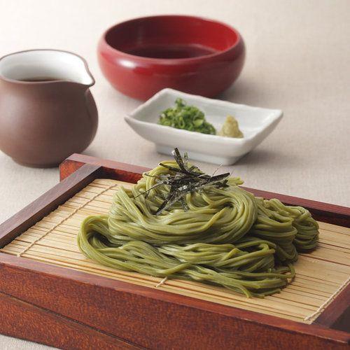 浅草むぎとろは昭和4年に駒形橋のたもとにのれんをあげたとろろ懐石料理店です。そこで作られる茶そばは、小麦粉とそば粉と抹茶を練り込んでつくられるコシのある麺が特徴です。また、抹茶は、静岡県川根産の上質な抹茶を使用。