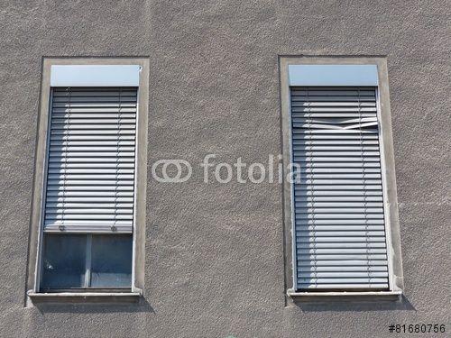 hohe b rofenster mit klapprigen jalousien in einer grauen
