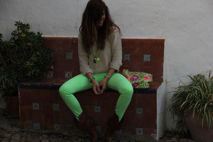 Jersey/sweatshirt: Renatta    Camiseta/t-shirt: Oysho.    Pantalones/pants: Pull (outlet).    Botas/boots: Malababa.    Bolso/handbag: Amsterdam.    Collares/necklaces: Isha Kandisha, María (mariagdep@yahoo.es) yMarkets.    Pulseras/bracelets: Sfera, Markets.