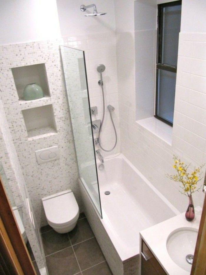 mosaique blanc dans la salle de bain, sol en carrelage gris, baignoire blanche