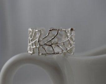 Draag uw hart niet op je mouw... dragen op uw vinger! Ik dit mager hart op mijn sterling silver ring zodat deze schattige ring gehamerd