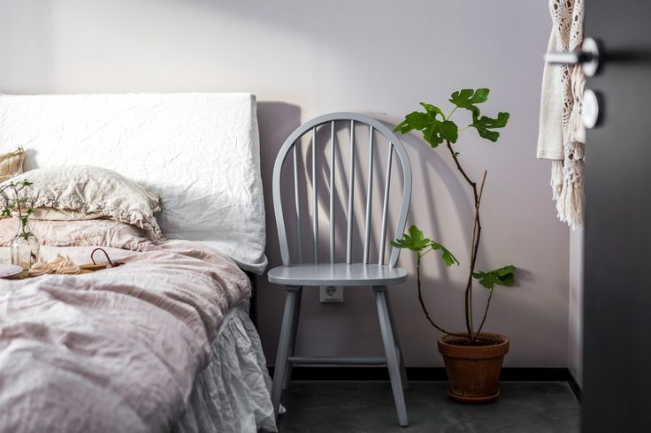 Sheets Dirty Linen and H&M Home. Repainted chair from Mio Möbler. Plant fig tree. Knitted cardigan Odd Molly.