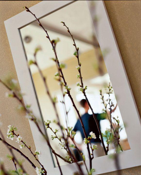 Låt Norrgavels speglar hänga fritt eller kombinera med småbord, hyllor och byråer. Bind ihop med samma träslag, temperakulör eller matcha med väggfärgen.