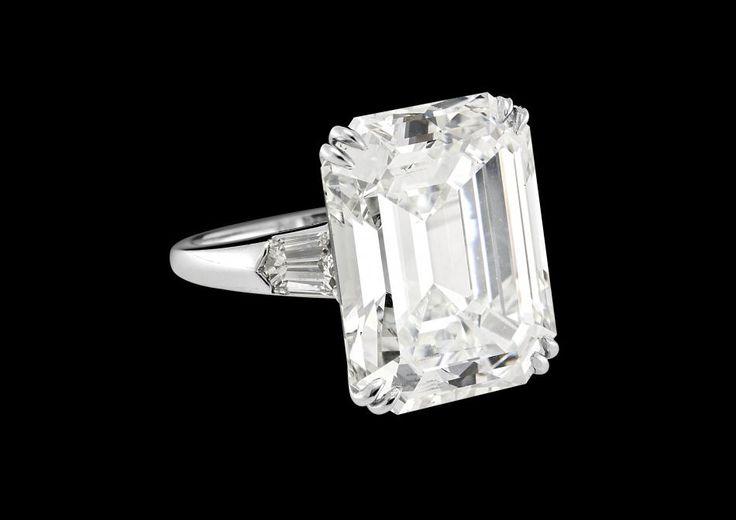 Anello in platino con diamante taglio smeraldo di 22 carati