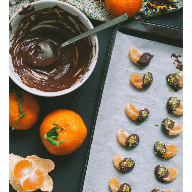 #СерёгинаРуРецепт #мандаринки  Мандаринки под шубой - из шоколада! Ярким долькам - яркий вкус и нескучный вид :)  Ингредиенты: 4 мандарина 3/4 стакана горького шоколада  1/2 – 1 ст. л. кокосового масла (по желанию) 1/4 стакана измельченных фисташек  #seryoginaru #серёгинарф #фисташки #мандаринки #подшубой #рецепт #десерт
