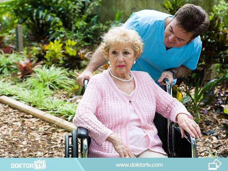 Alzheimer hastalarının evden uzaklaşma ve gezinme gibi eğilimleri olabilmektedir. Kişinin bir kimlik taşıması bulanlara yardımcı olabilmektedir. Kapıların kilitli tutulması ve hastanın alışkın olduğu kilidi açabildiği durumda ek kilit uygulaması yardımcı olacaktır.