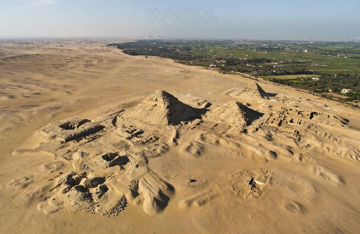 Les pyramides d'Abousir avec de  gauche à droite : la pyramide inachevée de Néferefrê, la pyramide de Néferirkarê, celle de Niouserrê et celle de Sahourê. En arrière plan, le ruban fertile du Nil et le site de l'ancienne capitale de l'Égypte durant l'ancien empire, Memphis. En arrière plan à droite, la ville du Caire.
