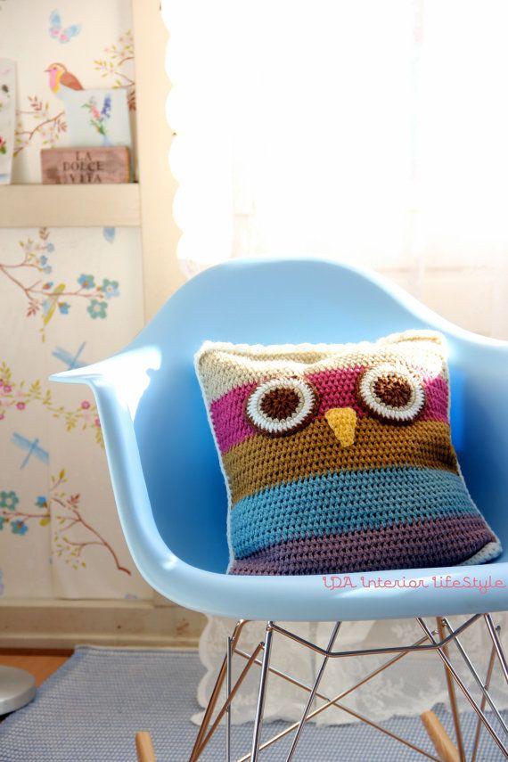 Crochet owl cushion cover.