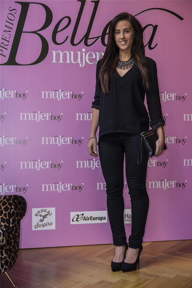 Patri Jordán,  bloguera de Secretos de chicas, que impartió un taller de peinados en el stand de Mujer hoy, eligió para la ocasión pantalones de Guess, camisa con cuello de pico de Zara, stilettos de Zara, pulsera de H&M.