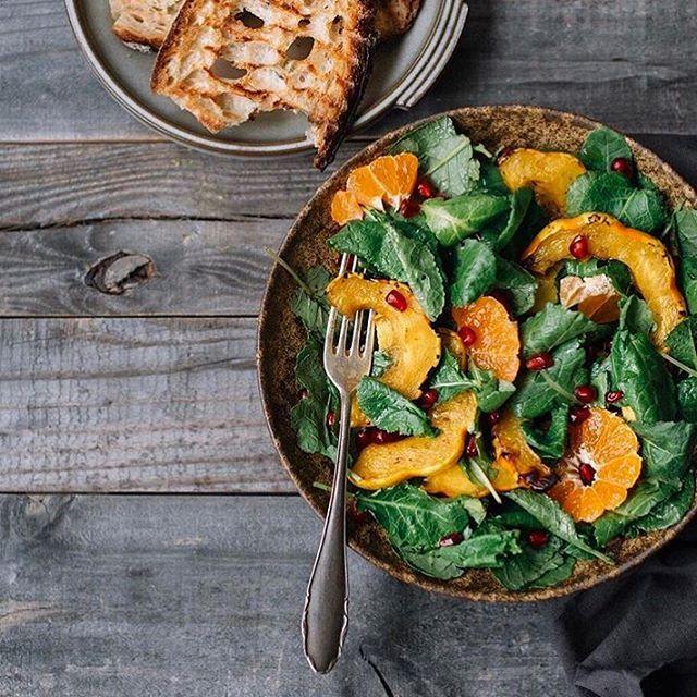 Detox time (prima del cenone). 🥗 Piccola insalata di cavolo con mandarini, semi di melograno, #zucca arrosto e condimento balsamico. Buon appetito! #MCMood #DetoxTime #HealthyFood #VeganLifeStyle #VeganSalad Repost: @ps.ny