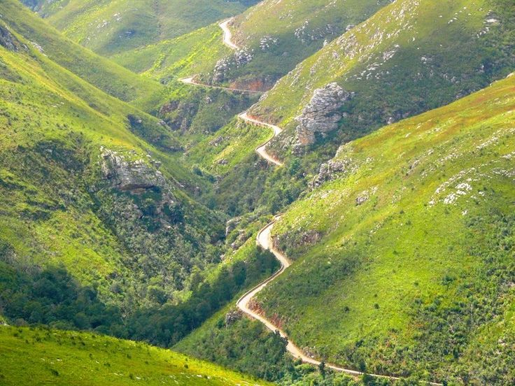 The Montagu Pass was built in 1844 by 250 convicts. The road was carved into the mountains and is a stone road.