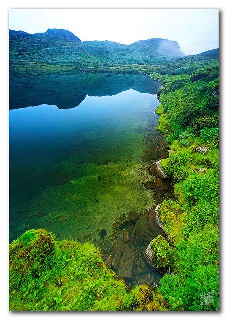 Lago Thulopokhari (significa 'um grande lago'), está a 4080 m de altitude, em Sankhuwasabha, Nepal. Aqui é a origem de um ribeiro chamado Ipsuwa Kholaa, considerado muito sagrado. Vale Makalu Barun.  Fotografia: Dhilung Kirat no Flickr.