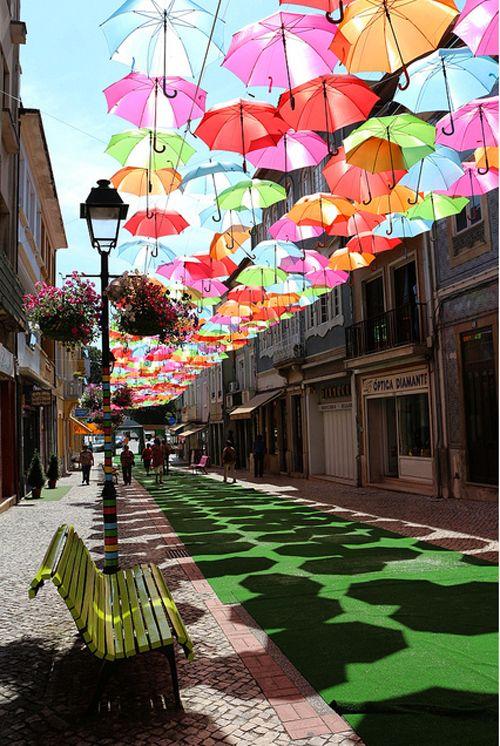 """坂井直樹の""""デザインの深読み"""": ポルトガルのÁguedaで行われたカラフルな傘の美しいインスタレーション"""