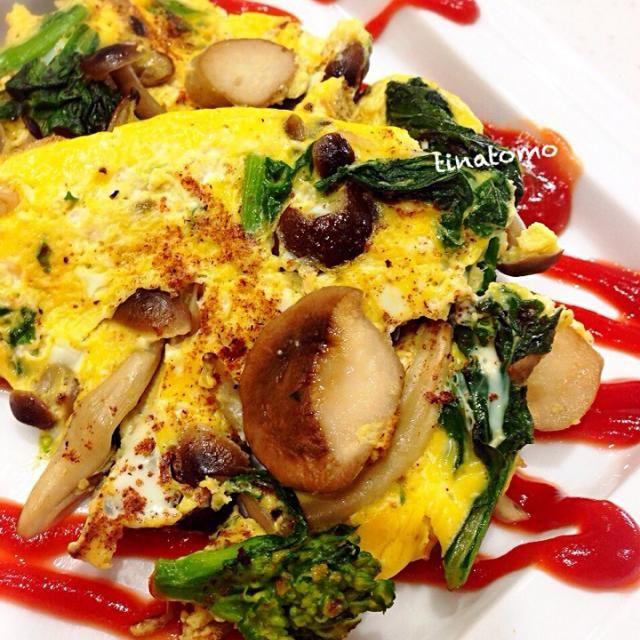 卵はマヨネーズ、牛乳で伸ばして、塩コショウです。^_^ - 69件のもぐもぐ - 菜の花とキノコのオムレツ by tinatomo
