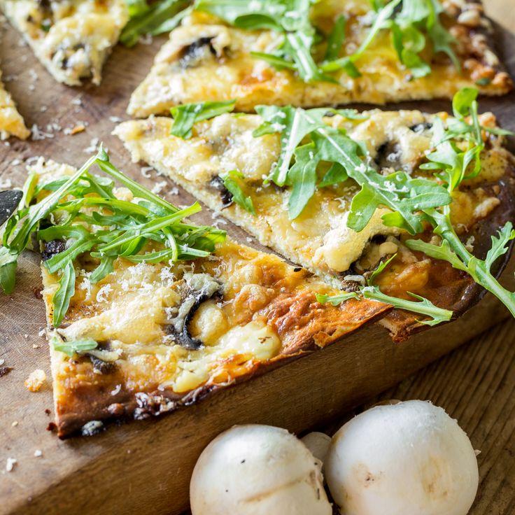 Zeig Kohlenhydraten die kalte Schulter: Aus Quark, Eiern, etwas Käse und leckerem Topping wird ruckzuck ein leckererLow-Carb Flammkuchen gezaubert.