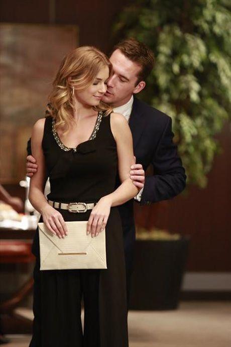 "Emily and Aiden Get Cozy in Revenge Season 2, Episode 9, ""Revelations"""