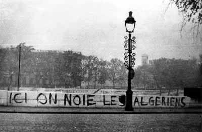 Sept ans après le début de la guerre d'Algérie, le 5 octobre 1961, Maurice Papon, préfet de police à Paris, publie un communiqué qui interdit aux Algériens et aux Algériennes de circuler de nuit à Paris et en banlieue, et de se déplacer à plus de deux personnes. Pour protester contre ce couvre-feu discriminatoire, le FLN en France organise une manifestation pacifique à Paris le 17 octobre 1961.Lors de cette manifestation pacifique — au cours de laquelle aucune arme ne sera saisie sur les…