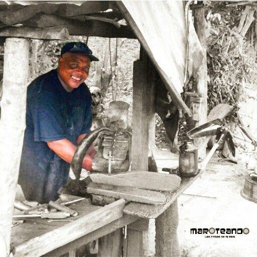 Tapando su Tronera... #gomero #tapapinche #diente #hombre #trabajador #goma #tubo #neumático #monteplata #rd #repúblicadominicana #maroteandord