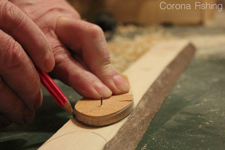 W stu procentach hand–made. W przygotowanie każdej z przynęt jest włożona cała wiedza gromadzona od pokoleń i maksymalnie dużo starań. Do przygotowania kilku przynęt wystarczy sucha listwa drewna  najlepszej jakości, czyli bez sęków, rozwarstwień i o optymalnej grubości. To na niej odrysowywany zostaje profil woblera.