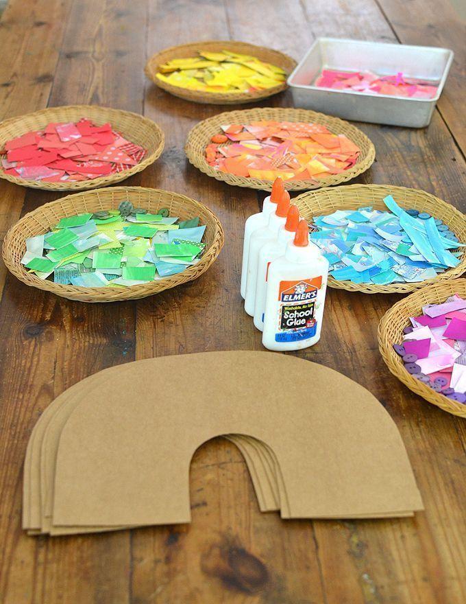 Kinder verwenden farbiges Collagenmaterial, um einen Regenbogen aus Pappe herzustellen.