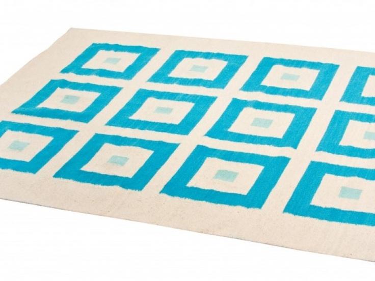 Inspirado en los trabajos del inglés David Hicks, el diseñador más original y chick de la calle Carnaby en los 60 en Londres, Elementos Argentinos propone la creación de diseños únicos en alfombras hechas en lana pura de oveja hilada a mano con rueca y tejida en telar.