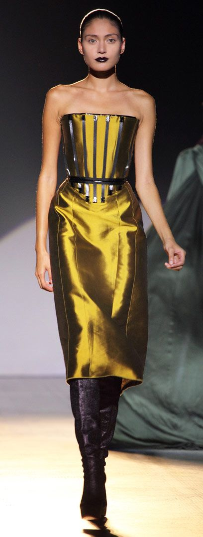 Fashion in Motion: Giles Deacon. July 2009. l Victoria and Albert Museum #fashion #catwalk