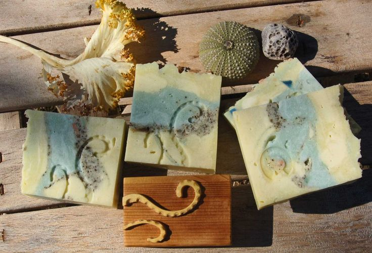 Curious Octopus (Experiments dedicated to the brave warrior of the Abyss ) Coconut oil, Oleolito of Laurel leafs (in Olive oil), sweet Almond oil, Shea butter, Argan oil, Cetearyl alcohol 50/50, Sodium Hydroxide, discounted at 7%, Water; Coloured with light blue and yellow mineral Micas and Octopus Ink, flakes of other handmade soaps. Tobacco Leaf fragrance and essential oils of Lemon, Patchouli, Sandalwood. Working temperature 35°, hard stockpiling and rapid gel. Selfproduced handmade…