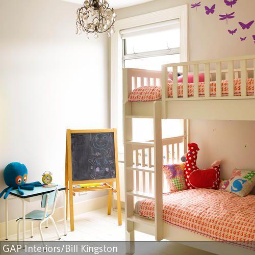 In diesem hellen Zimmer können dank des weißen Etagenbettes zwei Kinder schlafen. Der blaue Schreibtisch und die Wandtafel können sowohl zum Hausaufgaben  …