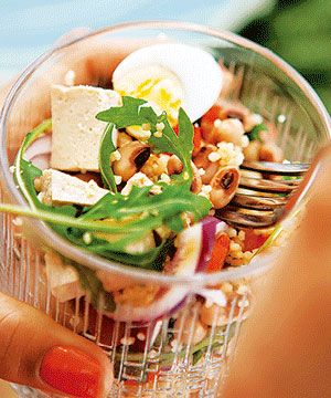 Salada de feijão frade com tofu - com proteína alternativa à carne, para uma salada leve.