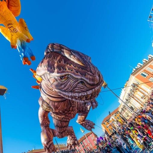 Chaque année, des troupes de musique et d'art de rue venues des quatre coins du monde  animent les parades . Street artists and musical groups from around the world take part in the parades   #nicecarnaval #instalike #carnival2017 #nice06 #carnaval #NiceFrance #igersnice #Karneval #carnival
