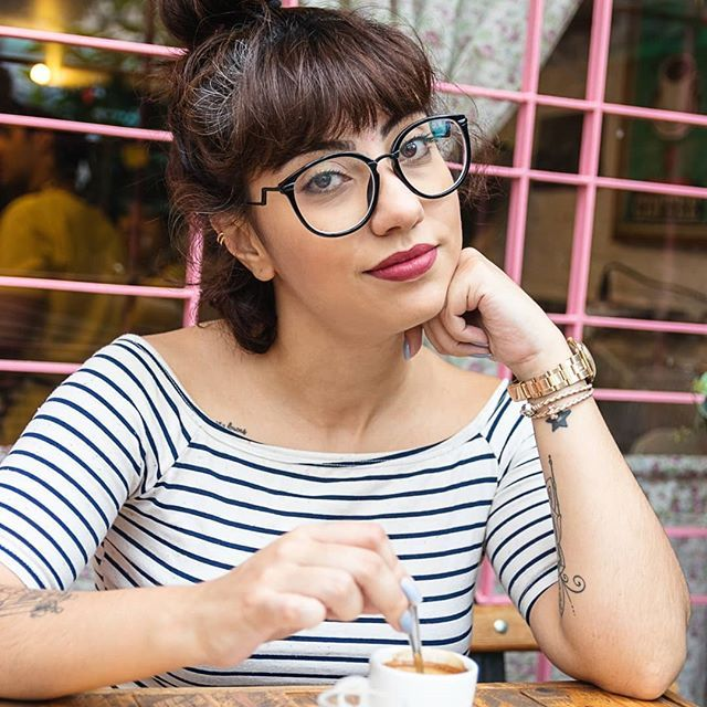 Romi Schmieder  (@foto.romi) • #fashion #style #girl #look #blogueira #youtuber #foto #pose #lookdodia #ondulada #oculos #cafe #morena #cafedamanha #coffee #breakfast