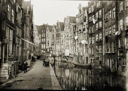 Voor deze foto richtte Breitner de lens naar het noorden. De huizen rechts staan met de voorgevel aan de Zeedijk 36 t/m 70 (v.l.n.r.). 1894-1898