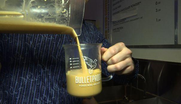 """Perdre du poids et retrouver son énergie: c'est la promesse de nombreux régimes. En Californie, le régime """"Bulletproof"""" fait parler de lui. Son secret: consommer tous les matins un café mélangé avec du beurre."""
